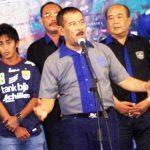 """KRITISI BOPI: Manager Persib H Umuh Muchtar saat memberikan sambutan pada """"Launching Tim Persib Bandung 2014"""""""