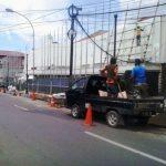 Petugas memperbaiki PJU di kawasan Asia Afrika -bandungekspres