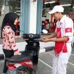 Salah seorang mekanik AHASS Honda melayani konsumen