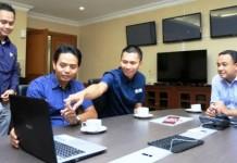 WAHYUDIN/JAWAPOS DISKUSI: CEO Jawa Pos Group Azrul Ananda (kedua kanan) dan rombongan mengunjungi Menteri Pendidikan dan Budaya Anies Baswedan di kantor Mendikbud, Jakarta (26/5). Anies mendukung pramuka menjadi kebutuhan siswa.