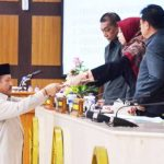 DPRD Jabar Ketua Badan Legislasi Yusuf Fuadz memberikan Hasil Kepurtusan Perubahan Raperda - bandung ekspres