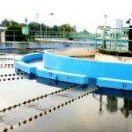 Pekerja perusahaan air minum tengah mengecek ketersediaan air