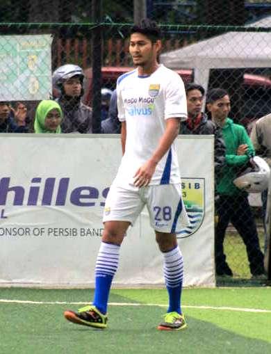 Pemain belakang Persib Bandung Abdul Rahman