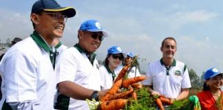 Perwakilan dari PT Hero Supermarket dan Unpad bersama Kelompok Tani Kantata