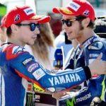 ISTIMEWA AKRAB: Duo Yamaha, Jorge Lorenzo dan Valentino Rossi tengah berbincang pada sela-sela latihan, belum lama ini.