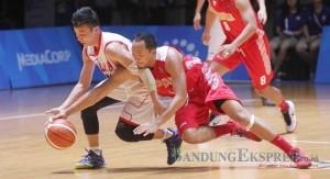JP PHOTO DUEL: Pebasket Indonesia mempertahankan bola dari rebutan pemain Malaysia dalam laga kemarin (12/6). Dengan hasil itu, Indonesia maju ke semifinal.