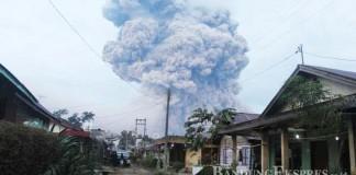 AWAN PANAS: Erupsi Gunung Sinabung terlihat dari dari Desa Lingga, Kabupaten Karo, Rabu (16/6) lalu. Hingga kini status Sinabung masih waspada.