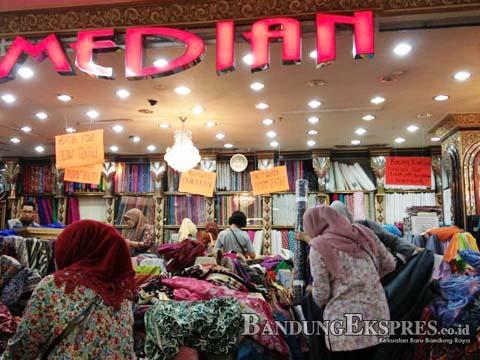 STIMEWA RAMAI: Sejumlah pengunjung Pasar Baru Trade Center menyerbu salah satu tenan yang menjual kain. Saat Ramadan, omzet pedagang terus naik