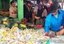 YULLY S. YULIANTI/SOREANG EKSPRES CEK BARANG BUKTI: Polisi memeriksa jelly yang diduga terbuat dari plastik di Pasar Baleendah, Kabupaten Bandung kemarin (18/6).