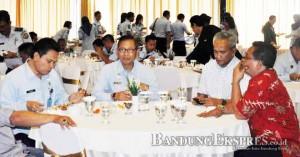 istimewa JALIN KEMITRAAN: Pembina Yayasan OKI Foundation B. Budiman (kedua kanan) Kakanwil Kemenkum HAM Jabar I Wayan Sukerta (paling kiri), usai menandatangani nota kesepahaman di Hotel Horison Bandung kemarin.