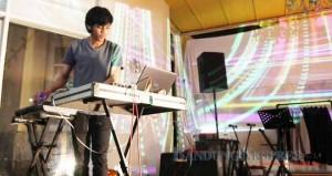 FAJRI ACHMAD NF/BANDUNG EKSPRES RUANG BEREKSPRESI: Salah satu musisi Indie menampilkan aksinya bermain musik elektro di Loubelle Shop, Jalan Setiabudhi, beberapa waktu lalu. Musisi ini difasilitasi FFWD Records untuk mengekspresikan diri.