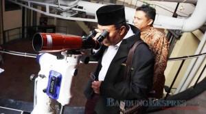 MENEROPONG: Suasana pemantauan hilal dari pusat observatorium Bosscha di Lembang, Kabupaten Bandung Barat, kemarin (16/6).