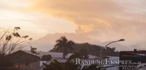F-DEDY/JAWA POS RADAR BANYUWANGI HUJAN ABU: Gunung Raung menyemburkan abu vulkanik ke udara mengarah ke timur dan tenggara, kemarin siang (10/7).