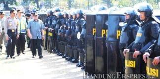 CEK KESIAPAN: Gubernur Jawa barat Ahmad Heryawan dan Kapolda Jawa Barat Irjen Pol Moechgiyarto memeriksa polisi saat apel gelar pasukan Operasi Ketupat Lodaya 2015 di Lapangan Gasibu, Jalan Diponegoro, Kota Bandung, kemarin