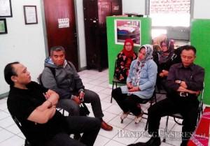 Ketua Komisi D Achmad Nugrahasaat berdialog dengan panitia PPDB