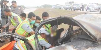 TERHIMPIT: Polisi dibantu TNI dan petugas Tol Cipali mengevakuasi penumpang yang tewas terpanggang setelah Gran Max meledak seketika di KM 178, Sumberjaya Kabupaten Majalengka, kemarin (6/7)