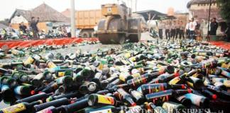 MUSNAHKAN BARANG BUKTI: Polres Serang melakukan pemusnahan 7.000 botol minuman keras, di Mapolres Serang, belum lama ini. Ribuan botol minuman dari berbagai merak tersebut merupakan hasil razia rutin yang dilakukan Polres Serang pada Ramadan.