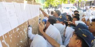 JP PHOTO HASIL PENGUMUMAN: Siswa SMP yang ikut ujian masuk SMA melalui PPDB saat melihat hasil ujian masuk kemarin. Sementara itu, di Cimahi banyak sekolah yang melakukan diskriminasi saat pendaftaran.