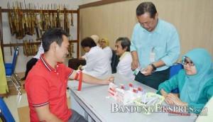 JALANI TES: Bakal Calon Bupati Bandung H Deki Fajar diperiksa dokter bersama kandidat lain di RS Al Ihsan, Kabupaten Bandung kemarin (29/7).