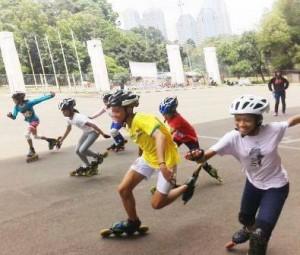 MELUNCUR: Para atlet dari cabang olahraga sepatu roda melaju bersamaan saat menjalani latihan bersama. Mereka tengah di persiapkan untuk menghadapi Malaysia Open