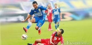 DIJEGAL LAWAN: M Ridwan mendapat hadangan pemain Semen Padang pada laga pembuka QNB League 2015 lalu, setelah akhirnya kompetisi ini dihentikan.