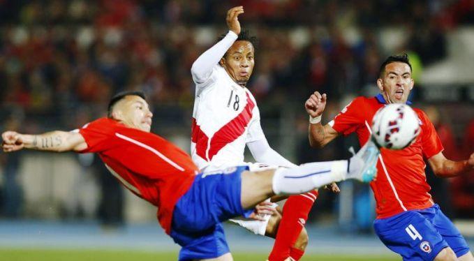 ISTIMEWA DUEL: Pemain timnasional Cile sedang berbut bola dengan pemain dari timnas Peru dalam pertandingan lanjutan Copa America 2015 yang dimenangkan Cile dengan skor 2-1.