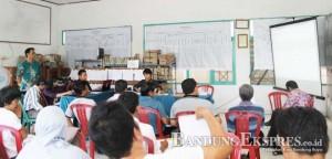 PERHATIKAN SEKSAMA: Petugas PPL dan PPS melakukan penghitungan suara dukungan calon kada. Di Kabupaten Bandung 21.554 bukti dukungan untuk Sabda Guna tak lengkap.