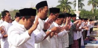 VERA/SOREANG EKSPRES KHUSUK: Ribuan jamaah saat menggelar salat Istisqa di Lapangan Upakarti Kabupaten Bandung kemarin.