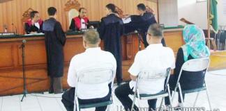BUBUN MUNAWAR/CIMAHI EKSPRES DAKWAAN: Jaksa Penuntut Umum menyerahkan berkas surat dakwaan kepada maejlis hakim, usai pembacaan surat dakwaan untuk perkara tiga pengusaha travel, belum lama ini.