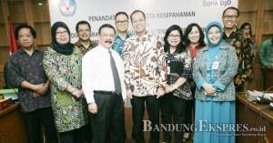 SINERGIS: Dirjen Guru dan Tenaga Kependidikan Kemendikbut Sumarna Surapranata (ketiga kiri), Direktur Utama Bank bjb Muhammad Irfan (keempat kiri) bersama jajarannya usai penandatanganan MuO penyaluran tunjangan bagi guru se-Indonesia di Kantor Kemendikbud kemarin (27/7)