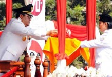 SERAHKAN BENDERA: Gubernur Jabar Ahmad Heryawan mengambil bendera dari anggota Paskibraka dalam upacara peringatan kemerdekaan, Senin (17/8). Heryawan meminta agar Indonesia tidak tergantung bangsa lain ke depannya.