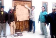 Aparat Gembok Kantor Desa