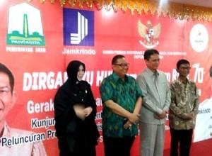 ISTIMEWA FOR BANDUNG EKSPRES PEDULI UMKM: Menteri Koperasi dan UKM Puspayoga (dua dari kiri) dan Direktur Utama Jamkrindo Diding S. Anwar dalam pameran untuk pelaku usaha UKM.