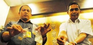 TUNJUKAN BARANG BUKTI: Kasubdit II AKBP Nugroho Arianto (kiri) menunjukkan barang bukti pil ekstasi dan sabu saat gelar perkara kasus penyalahgunaan narkotika di Mapolda Jabar, jalan Soekarno-Hatta, Kota Bandung, Selasa (11/8).