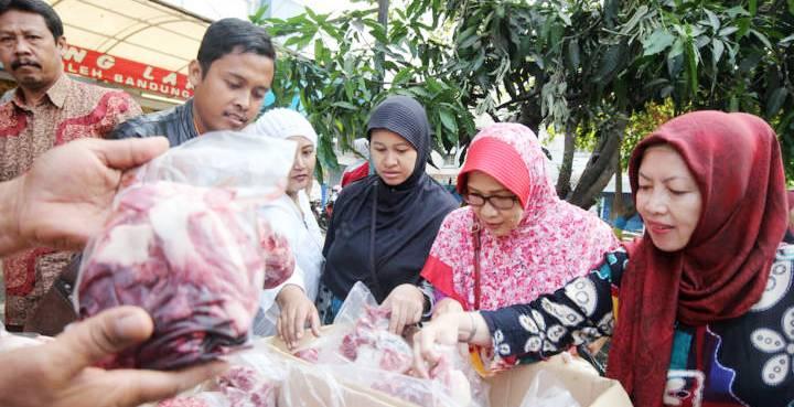 OPERASI PASAR: Pembeli memilih daging sapi saat berlangsungnya operasi pasar (OP) di Pasar Kosambi, Jalan Ahmad Yani, Kota Bandung, Minggu (9/8). OP digelar karena harga daging sapi yang tak kunjung turun dari Lebaran disertai mogok pedagang daging sapi.