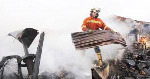VAKUASI: Seorang petugas Pemadam Kebakaran Kota Bandung saat membersihkan puing-puing sisa kebakaran, beberapa waktu lalu. Kejadian kebakaran juga sempat melanda Pasar Lembang.