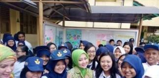 Bu Atalia Kamil bersama Siswa SMP