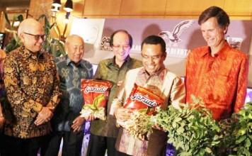 ULANG TAHUN: Chairman GarudaFood Group Sudhamek AWS menunjukan tanaman kacang saat ulang tahun perusahaan ke 25 di Jakarta