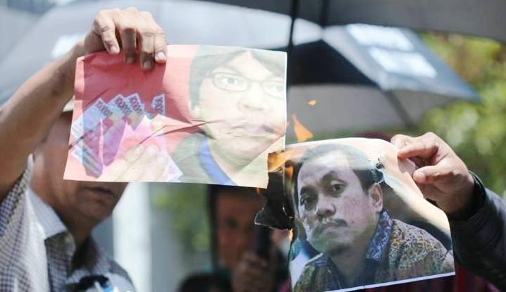 AKSI PROTES: Gerakan Ganyang Mafia Hukum (GGMHI) membakar foto Gayus Tambunan di depan Lapas Klas 1 Sukamiskin, Jalan A.H. Nasution, Kota Bandung, Selasa (22/9) lalu.