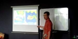 YAYAN AGUSTIAN/BANDUNG ESKPRES PRESENTASI: Peneliti dari Universitas Gajah Mada (UGM) Dhani Irwanto saat menjelaskan penemuannya berupa teori Atlantis yang berada di Laut Jawa.