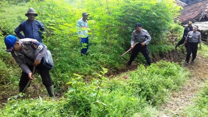 penutupan retakan tanah di Kampung Dengkeung