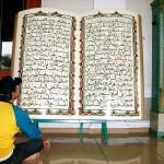 Membaca Al-Qur'an kayu di Masjid Agung Sumedang. Foto adji -