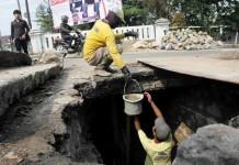 Perbaiki gorong-gorong jalan (12)