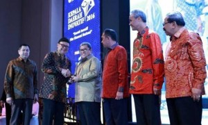 APRESIASI PUBLIK: Gubernur Jabar Ahmad Heryawan menerima penghargaan Kepala Daerah Inovatif di Bidang Pembangunan Pendidikan.