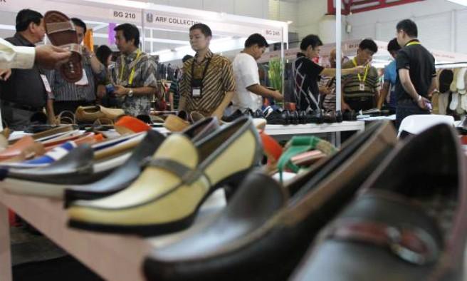 EKONOMI KREATIF: Sejumlah pengunjung melihat-lihat koleksi sepatu dari kulit dalam sebuah pameran. Industri kreatif terus didorong untuk tingkatkan ekonomi.