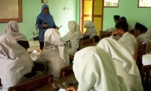 ILUSTRASI BELAJAR: Seorang guru melaksanakan kegiatan belajar mengajar agama di madrasah.