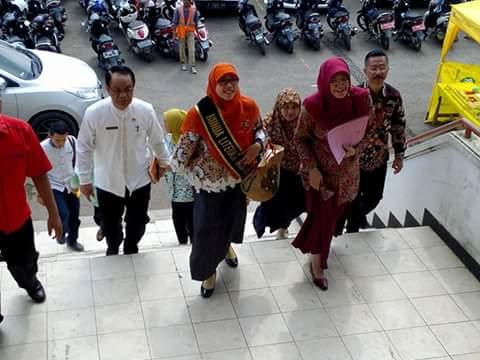 Ketua Pusat Pelayanan Terpadu Pemberdayaan Perempuan dan Anak (P2TP2A) Jawa Barat, Dr. Hj. Netty Prasetiyani Heryawan, M.Si dan Sekda Sumedang, H Zaenal Alimin saat tiba di lokasi Parents Gathering, hari ini.
