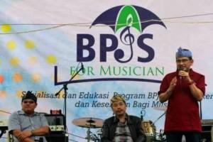 FAJRI ACHMAD NF / BANDUNG EKSPRES   BERI ARAHAN: Kepala Kantor Cabang BPJS Ketenagakerjaan Bandung Darmadi menyampaikan materi di Cafe Butterfield Kitchen, Jalan Dipatiukur, Kota Bandung, Minggu (26/3).