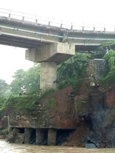 TERGERUS AIR: Jembatan Pamingkis amblas pada Kamis (13/4) malam. Pondasi jembatan milik Pemprov Jabar tersebut tergerus air.