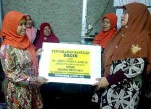 BERIKAN BANTUAN: Wakil Ketuan Komisi VIII DPR RI Ledia Hanifa Amalia memberikan peralatan timbangan Inovatif untuk peningkatan Posyandu yang ada di tingkat RW.